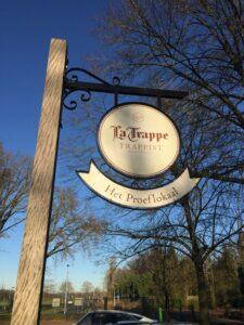 La Trappe Schild am Kloster