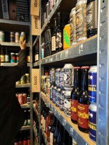 Bierregal beim Bierbridadier in Eindhoven
